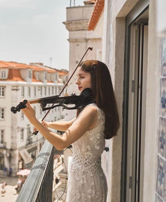 woman playing violin at O Artista Hotel